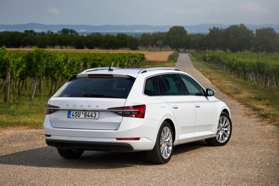 https://aumhyblfao.cloudimg.io/crop/980x653/n/https://s3.eu-central-1.amazonaws.com/bourguignon-nl/04/201909-skoda-superb-combi-02.jpg?v=1-0