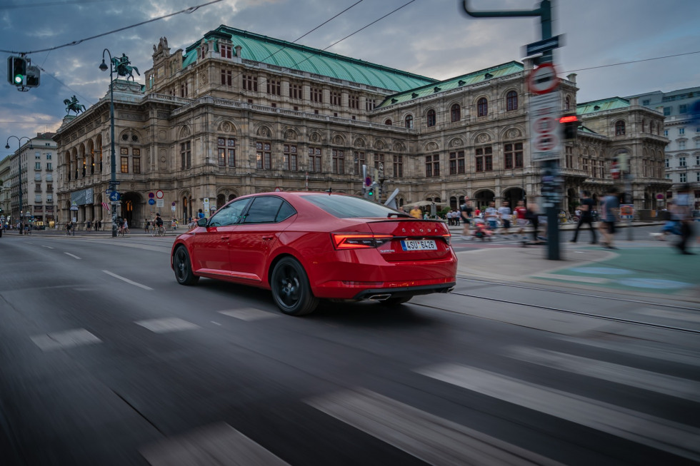 https://aumhyblfao.cloudimg.io/crop/980x653/n/https://s3.eu-central-1.amazonaws.com/bourguignon-nl/07/201909-skoda-superb-hatchback-21.jpg?v=1-0